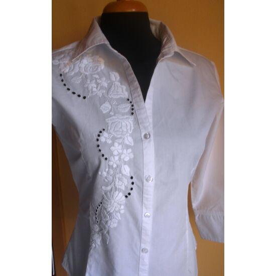 Fehéren fehérrel hímzett 3/4-es ujjú női ing