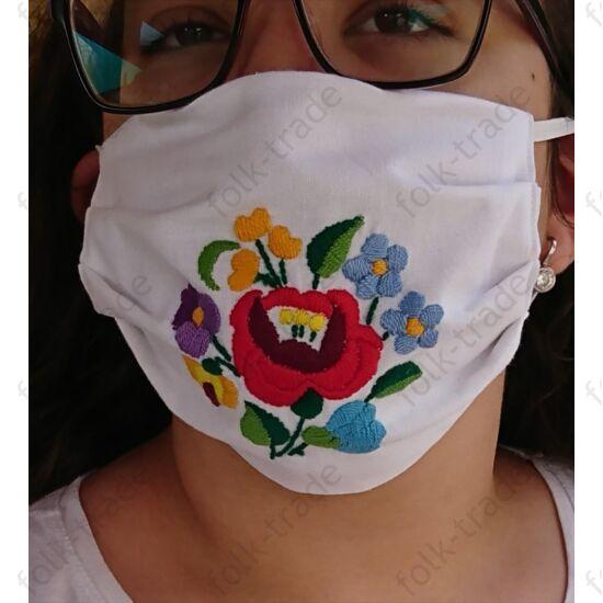 Hímzett maszk