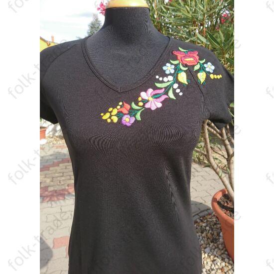 Rövid ujjú hímzett póló fekete