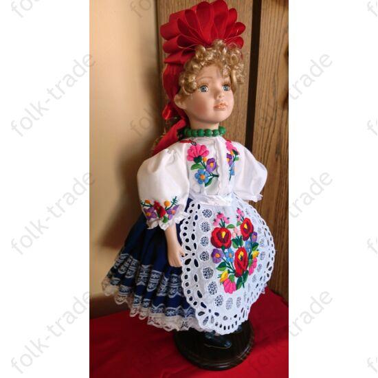 45 cm-es porcelán baba kalocsai ruhában.