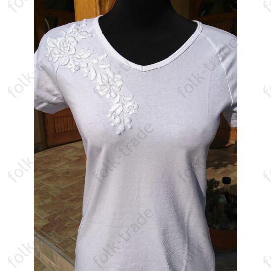 Fehéren fehérrel hímzett női póló