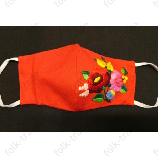 Kézzel hímzett piros maszk