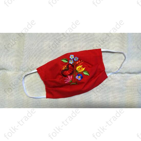 Piros hímzett maszk