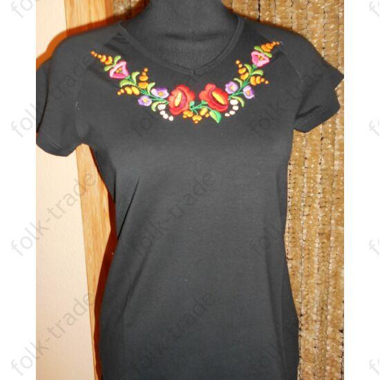 Kerek nyakú fekete női póló