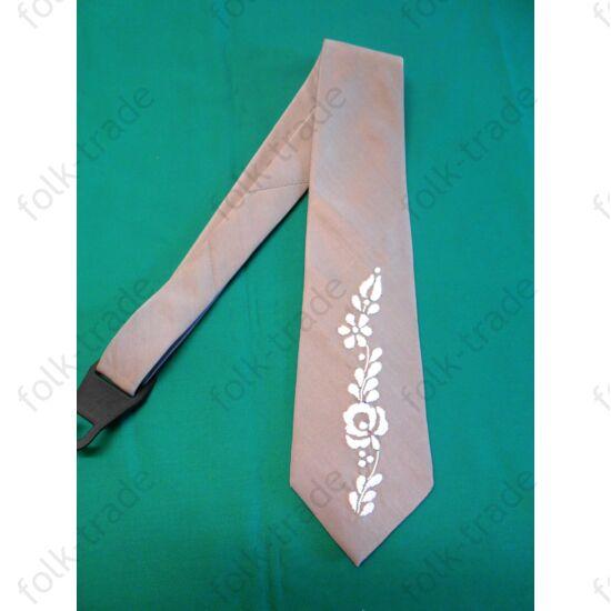 Hímzett nyakkendő