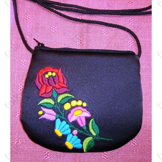 Hímzett fekete kis táska