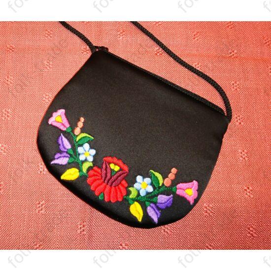 Kézzel hímzett fekete táska