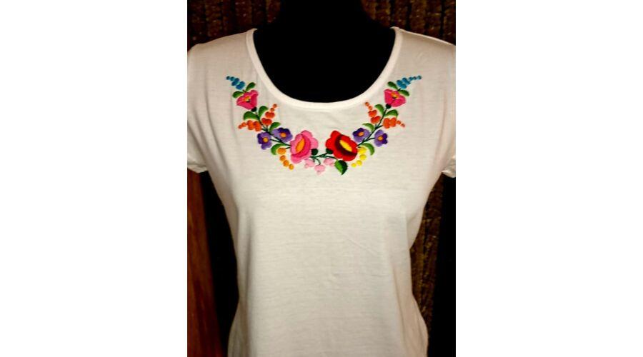Kerek nyakú fehér női póló - Hímzett női pólók a23371473c